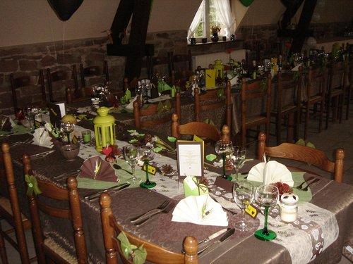 Grande salle préparée pour un mariage